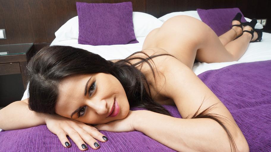 خوشگل خانوم میخوابه زیر کیر