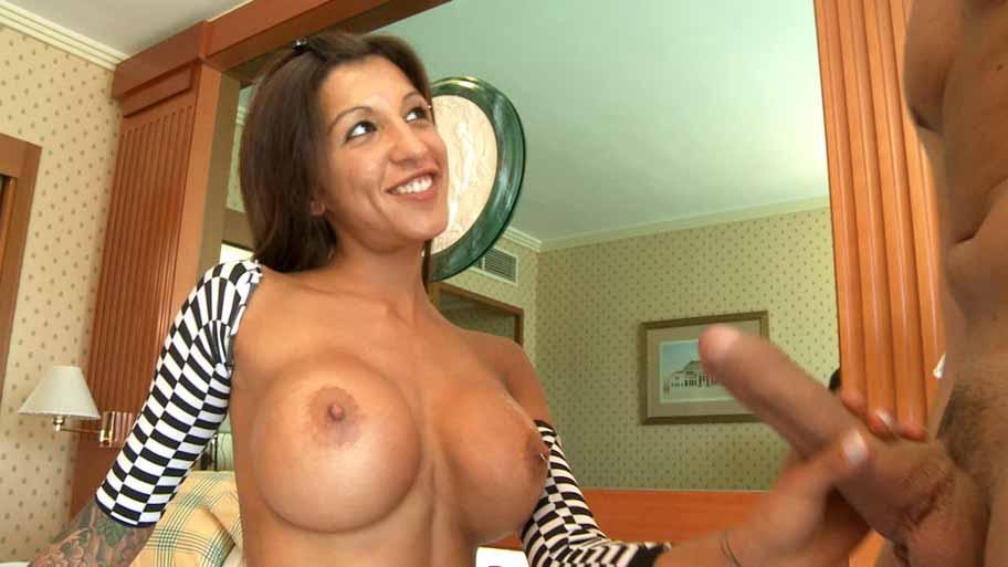 Busty Fayna Vergara opens her backdoor